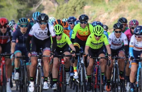 Se ve un pelotón de corredoras durante una prueba ciclista