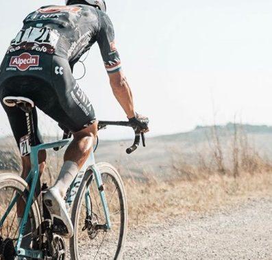Mathieu Van der Poel corriendo la última Strade Bianche
