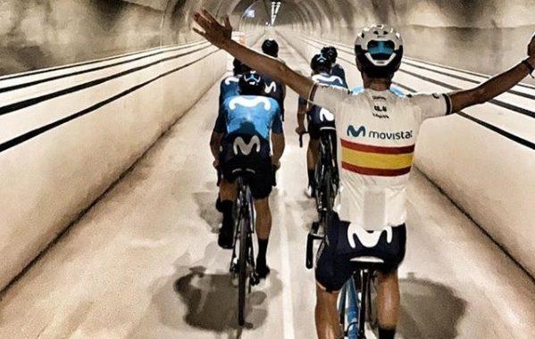 Valverde de espaldas pasando por un túnel el último día que llevaba el maillot de campeón de españa