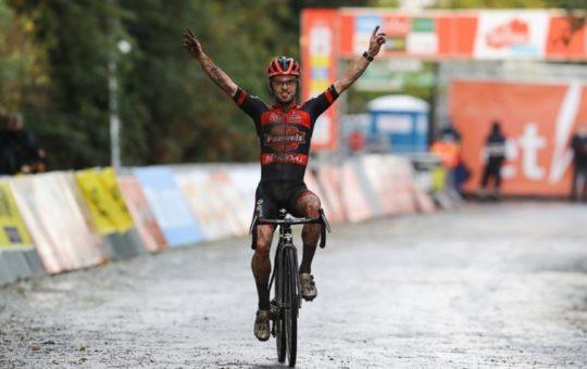 Fotografía de Eli Iserbyt levantando los brazos cuando ganó el ciclocross de Lokeren en 2020